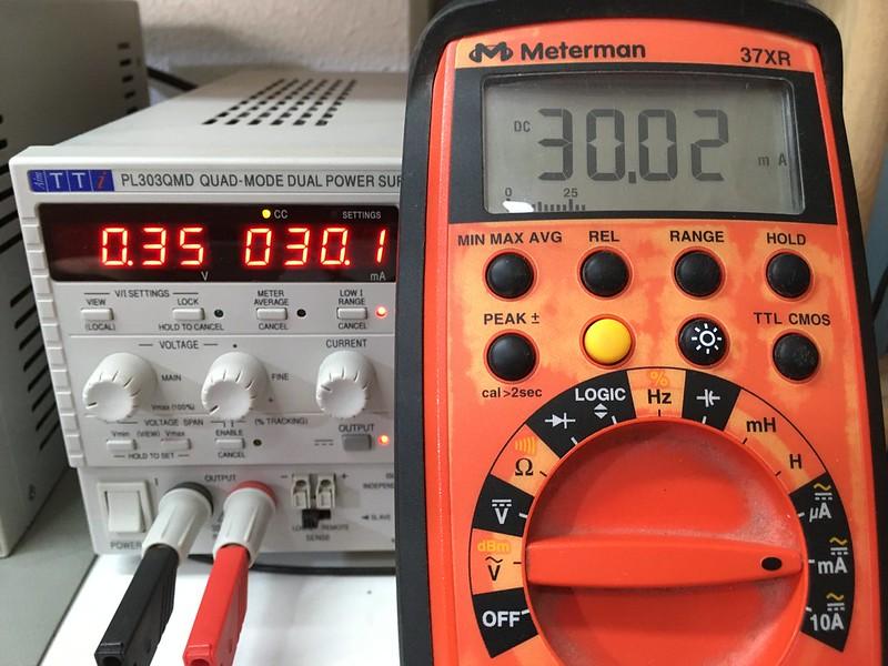 En el multímetro caen 0.3V cuando pasan 30 mA por él
